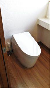 木の温かみを感じる癒しのトイレ空間/TOTOネオレストAH